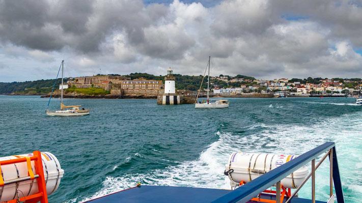 Ausflug von Guernsey mit dem Boot nach Herm, der kleinsten der bewohnten Kanalinseln.