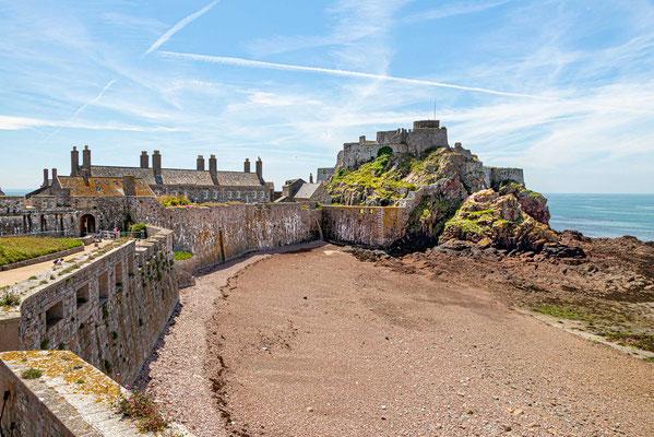 Die Festung Elizabeth Castle auf der Felseninsel in der Bucht von St. Aubin, direkt gegenüber von St. Helier.