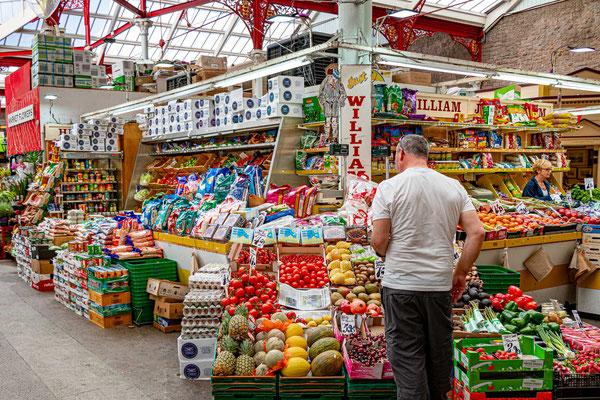 Viel Obst und Gemüse im St. Helier Central Market.