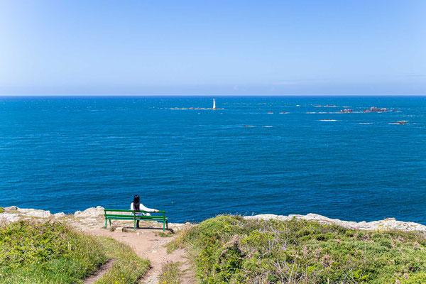 Blick auf Les Hanois Lighthouse, inmitten von Klippen und Riffs im Ärmelkanal westlich der Insel Guernsey.