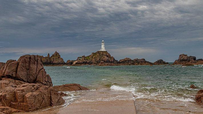 Die bis weit in die offene See hineinreichenden Felsen und die extremen Tidenschwankungen machen die Seefahrt in diesem Bereich der Insel Jersey extrem tückisch.