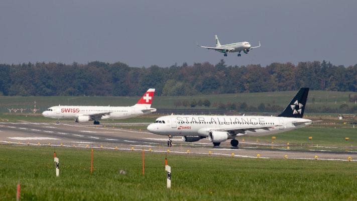 Aufreihen zum Start auf Piste 16, im Hintergrund Landung auf Piste 14 – Flughafen Zürich – 17.09.2018
