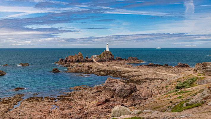 Der Leuchtturm von La Corbière thront  auf einer winzigen Gezeiteninsel vor der Küstenlinie und gehört zur Gemeinde St. Brélade.