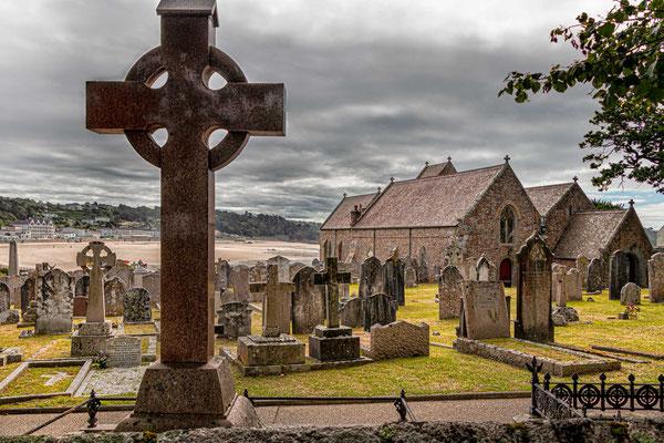 Die Pfarrkirche Saint Brélade und die Fischerkapelle liegen am südwestlichen Ende der Bucht von Saint Brélade.