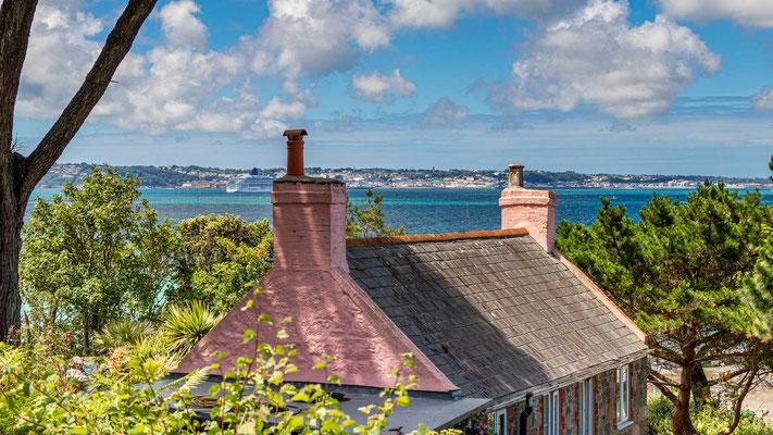 Blick von Herm nach  St. Peter Port der Hauptstadt der Kanalinsel Guernsey.