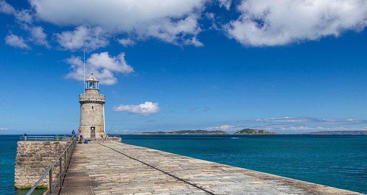 St. Peter Port Lighthouse am Hafeneingang zu St. Peter Port - Guernsey.