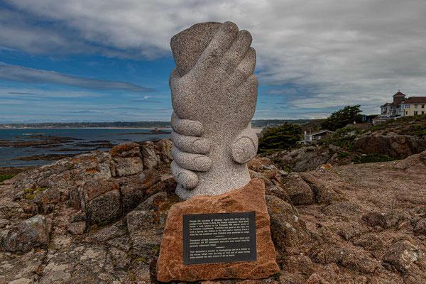 Saint Malo Denkmal bei La Corbière. Es erinnert an den Untergang des Bootes Saint Malo. Alle 307 Passagiere und Besatzungsmitglieder wurden aus dem teilweise untergetauchten Schiff gerettet.