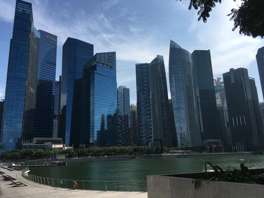 Skyline - Wolkenkratzer - Merlion Park Jetty - Singapur - travelumdiewelt.de