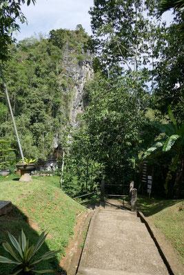 Londa - Rantepao - Eingang Felsengräber - travelumdiewelt.de