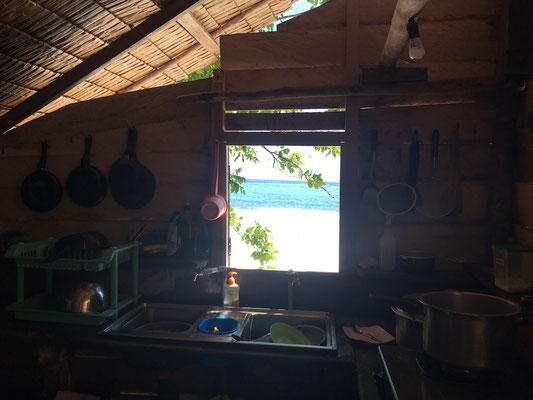 Fenster zum Traumstrand - Lia Beach Resort - Sulawesi - travelumdiewelt.de