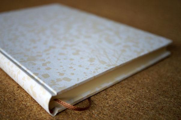 白色の鳥の子紙に伝統柄のプリント入り