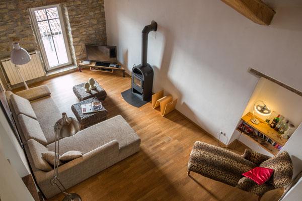Ein Blick von der Treppe der Schlafgalerie auf den Wohnbereich
