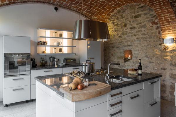 Ca. 35 m2 grosse Küche mit Essplatz unter original Kreuzgewölbe.