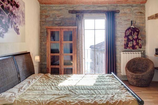 ... zu diesem schönen Schlafzimmer im Mittelgeschoss