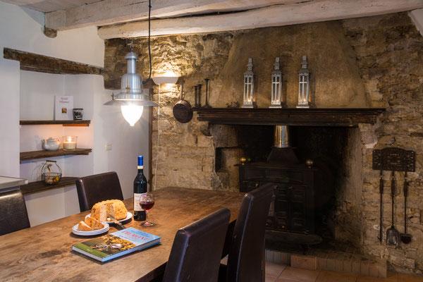 ... in einer ganz urigen Küche mit original Kamin