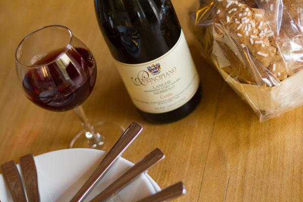 Ein guter Wein gehört im Piemont unbedingt dazu, die Auswahl ist riesig: Barolo, Barbaresco, Nebbiolo, Barbera, Dolcetto, Arneis, aber auch Prosecco, Mosato und....