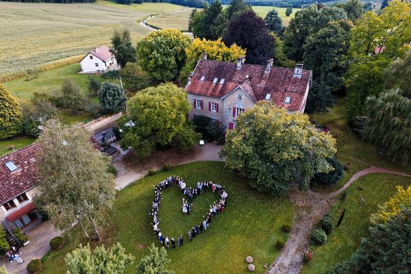Mariage ME&J - Photo de groupe aérienne par drone - Chateau de roche sur linotte - Haute-Saône