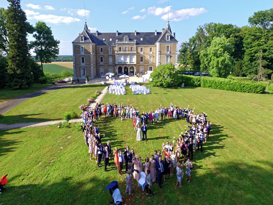 Mariage A&B - Photo de groupe aérienne par drone - Chateau de Clairvans - Chamblay - Jura