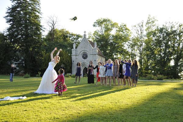 Mariage L&O - Lancé de bouquet - Chateau de Clairvans - Chamblay - Jura