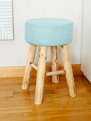 taburete de madera con asiento azul turquesa