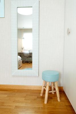 espejo con marco tapizado