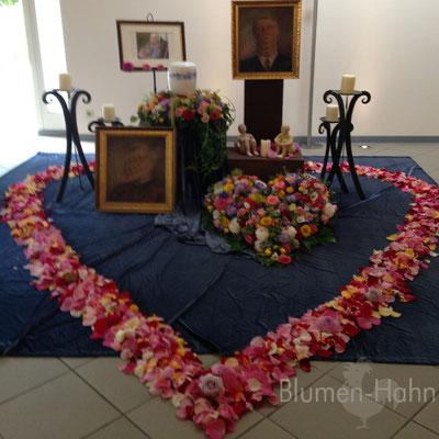 Großes Herz aus Blütenblättern