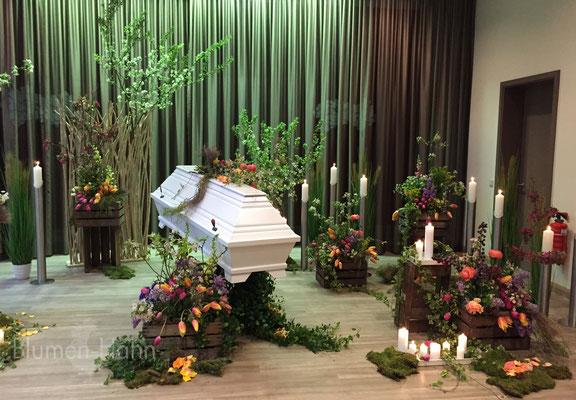 Trauerfeier in der Cordeshalle mit Frühlingsblühern