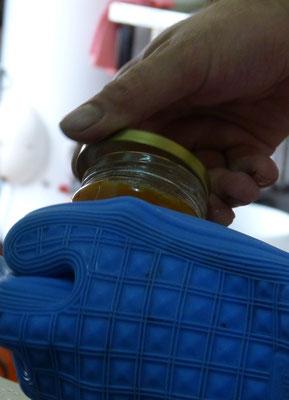 ©La Ruche de Pinsolle / Confiture d'abricot encapsulée à la main / Atelier de fabrication 2014 / www.laruchedepinsolle.com