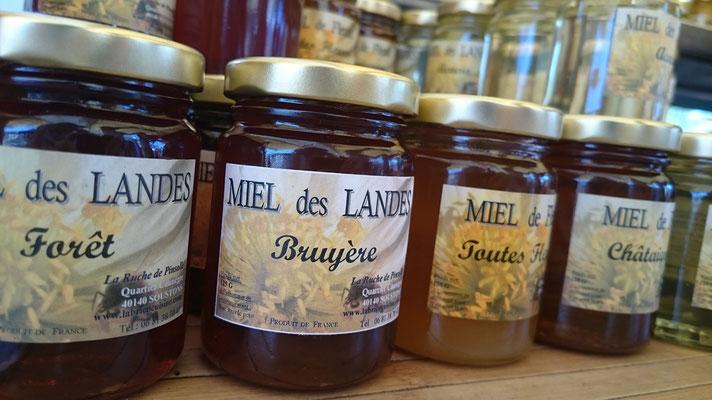 ©La Ruche de Pinsolle / Pots de miels sur stand de marché / Marché de Vieux-Boucau 2015 / www.laruchedepinsolle.com