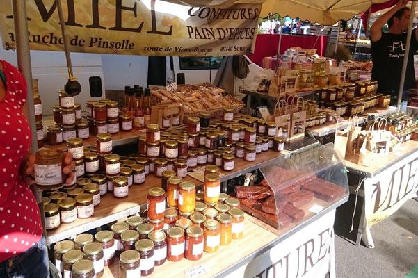 ©La Ruche de Pinsolle / Stand de marché miel confitures pains d'épices / Marché de Vieux-Boucau 2015 / www.laruchedepinsolle.com