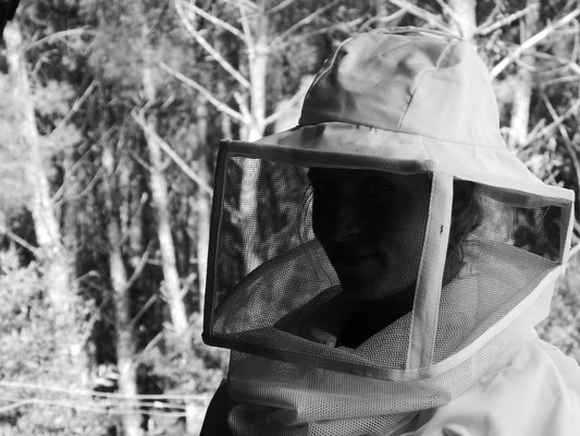©La Ruche de Pinsolle / Marion dans sa tenue d'apicultrice N&B / Ruchers 2014 / www.laruchedepinsolle.com