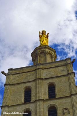 Vergoldete Statue der Jungfrau Maria auf der Kathedrale Notre-Dame des Doms