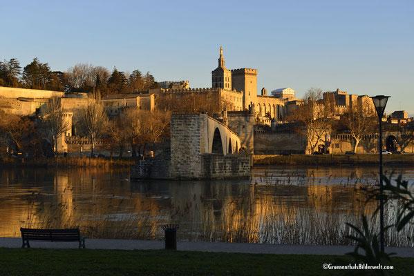 Blick vom Campingplatz in Avignon zum ehemaligen Papstpalast.