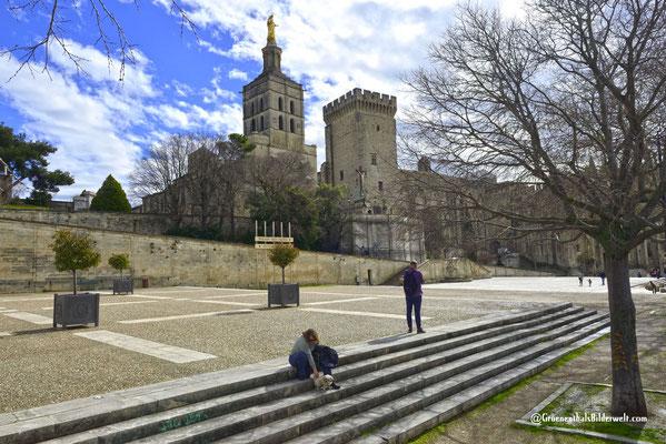 Helga und Raya auf dem Place du Palais mit der Kathedrale von Avignon und dem ehemaligen Papstpalast.