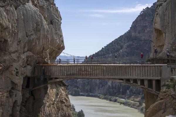 Blick zur Rohr- und zur Hängebrücke