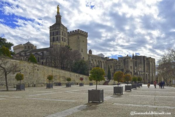 Place du Palais mit der Kathedrale von Avignon und dem ehemaligen Papstpalast.