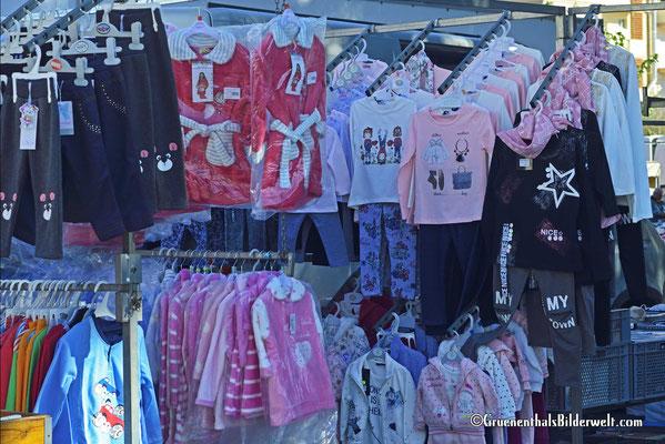 Es gibt jede Menge Kinderkleidung