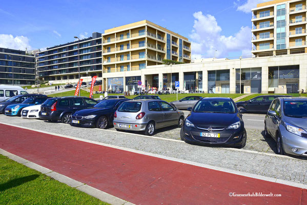 Moderne Hotelanlagen entlang der Strandpromenade.