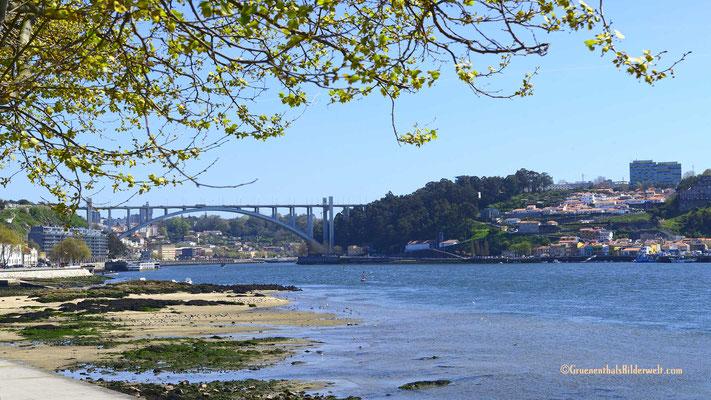 """Die Brücke """"Ponte Dom Luis"""" ist von den Übernachtungsplätzen mit dem Fahrrad gut zu erreichen."""