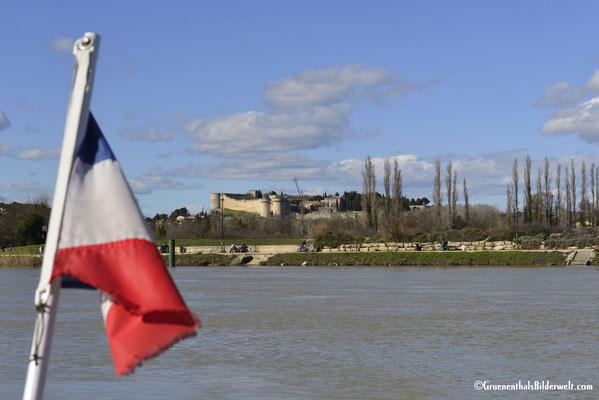 Überquerung der Rhone mit Blick zum Chateau De Villeneuve Les Avignon