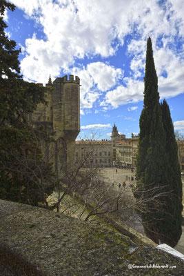 Blick vom Papstpalast zum Rathaus