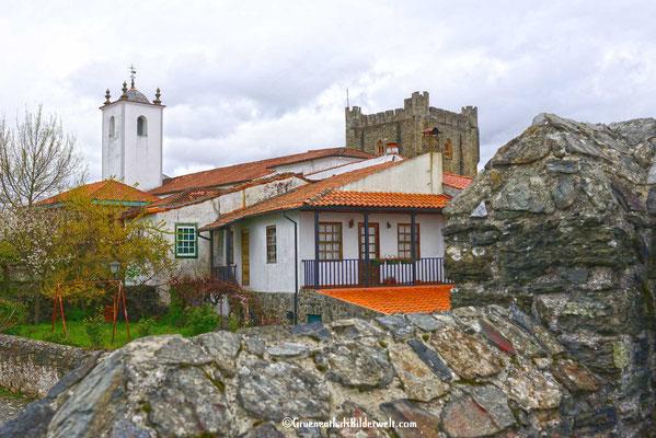 Blick von der Stadtmauer zur Burganlage