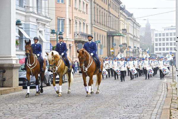 Parade in der Pohjoisesplanadi-Straße