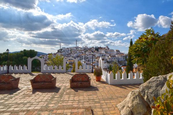 Comares; Blick vom Friedhof zum Ort