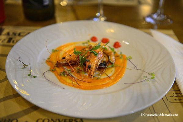 Die Vorspeise zu dem tollen Menü (20 € a Person) mit 4 Gängen, Aperitif, Wein, Brot, Kaffe und die auf den Tisch gestellte Schnapsflasche.