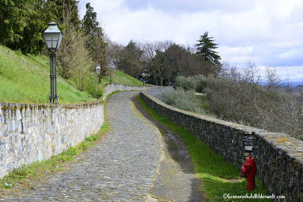 Schön angelegte Wege rund um die Stadtmauer
