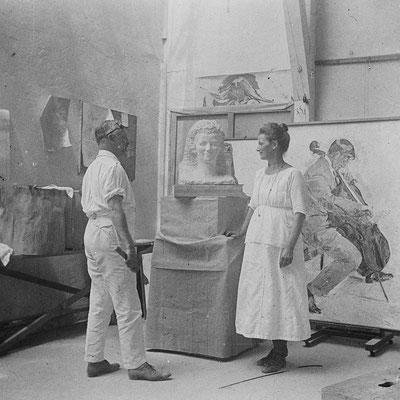 Cuno Amiet in seinem Atelier an der Büste von Anna Amiet, 1920