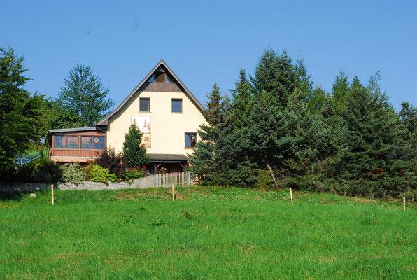 Blick zum Ferienhaus von den Wiesen aus  - Sommer