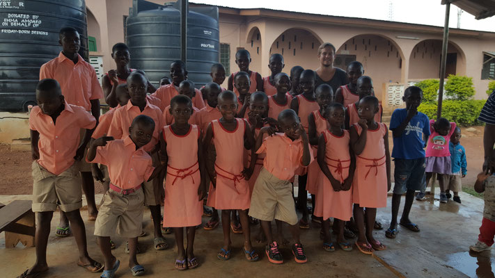 Neue Schuluniformen für die Kinder aus dem Bless the Children Home
