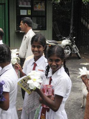 Schulmädchen vor dem Zahntempel in Kandy